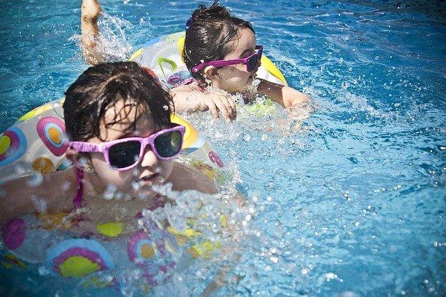 kids swimming - collegemarker